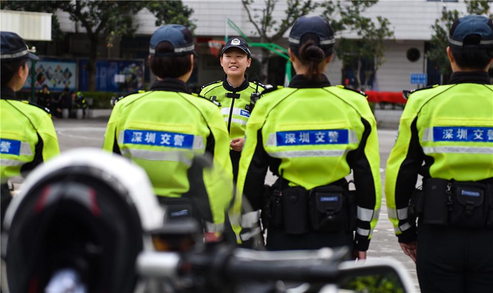 3月7日,深圳交警铁骑中队副中队长时春霞在出勤前向队员交代当日任务。