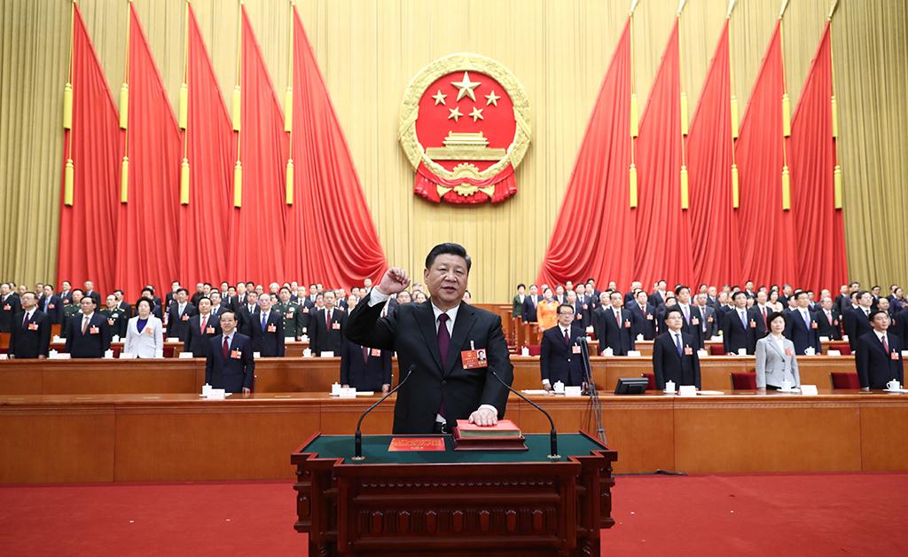 习近平进行宪法宣誓。 新华社记者  鞠鹏 摄
