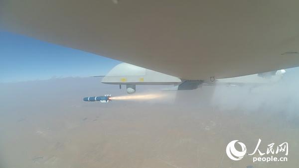 """""""彩虹-4""""无人机发射导弹。"""