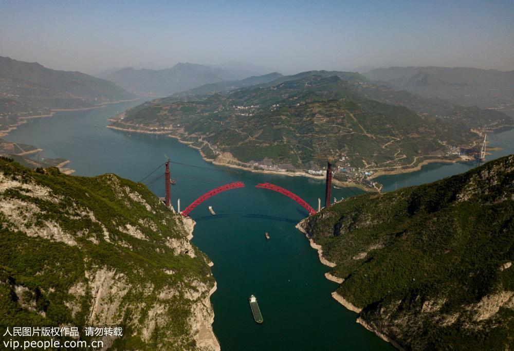4月9日,航拍主拱即将合龙的香溪长江大桥。