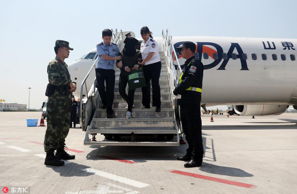河南警方从韩国引渡押解5名非法集资嫌犯回国