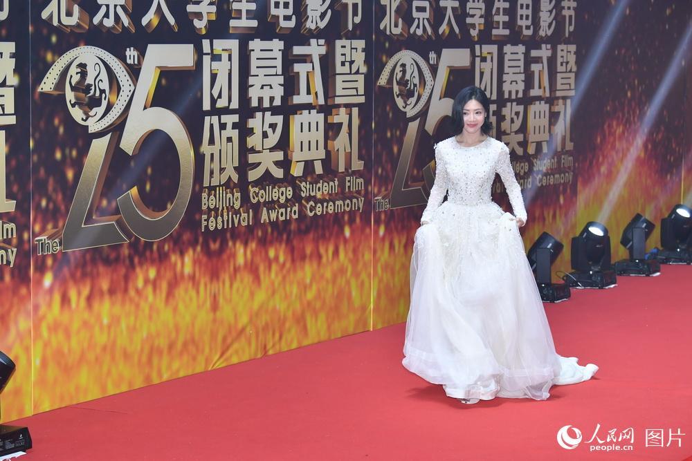 生电影节闭幕式暨颁奖典礼在奥体中心举行.颁奖典礼现场,杨幂、