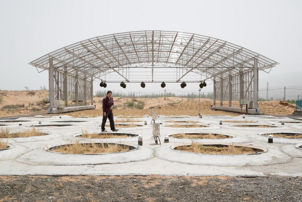5月12日拍摄的称重式蒸渗仪群和移动大棚。新华社记者 金立旺 摄