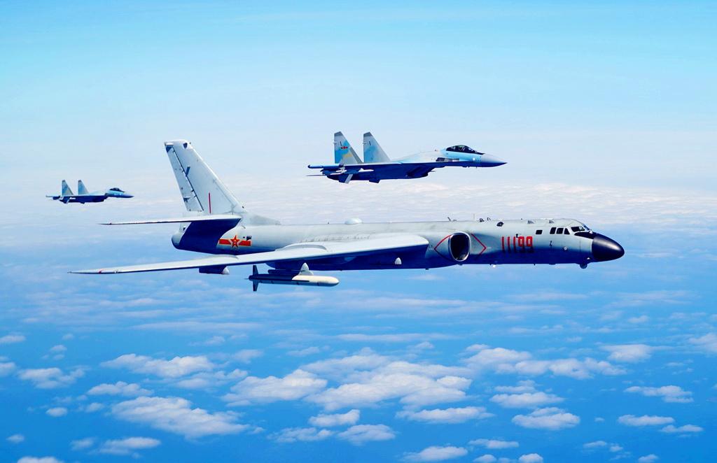 5月11日,空军苏-35战机与轰-6K战机编队飞行。 新华社发(韩朝 摄)