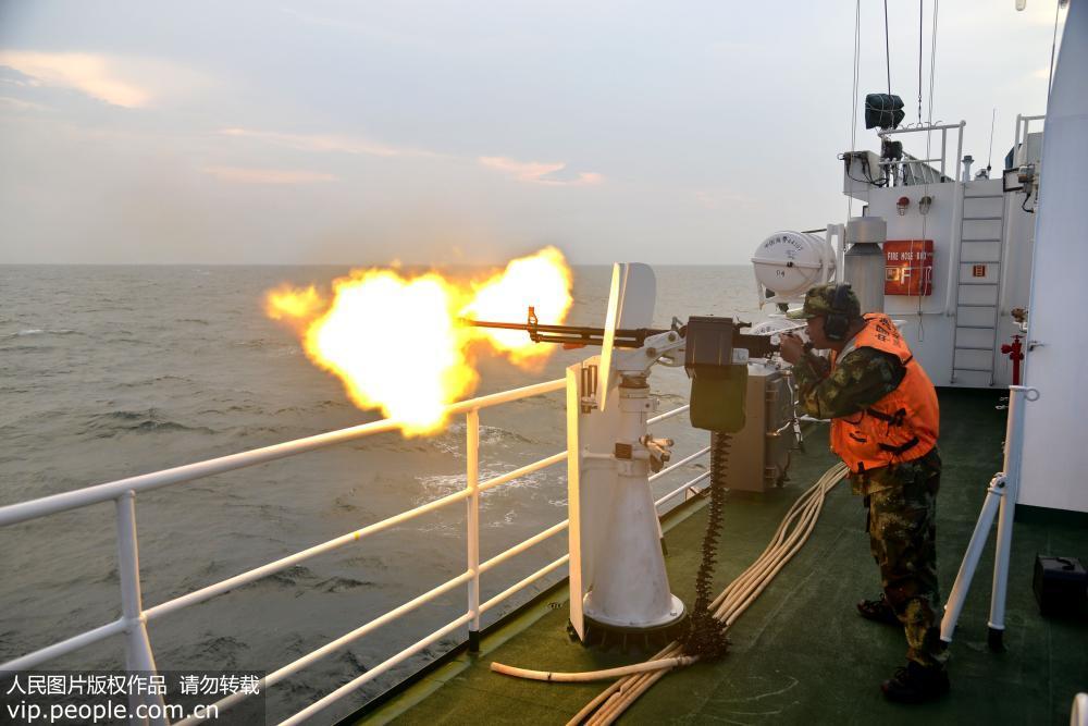 武警广东海警开展海上多型武器实弹射击演习