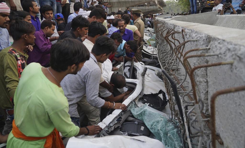 印度一在建立交桥垮塌 出现至少12人死亡