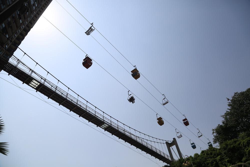 重庆景区索道 穿楼 而过 吸引游客感受惊险与刺激图片