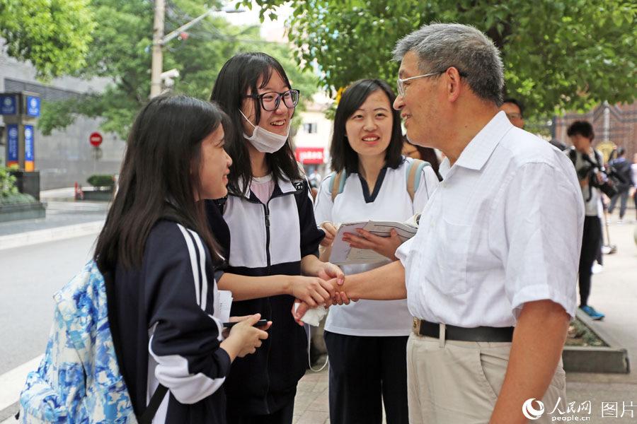 2018年6月7日,上海格致中学,高考开考前,送考老师给学生考前鼓励。王初 摄