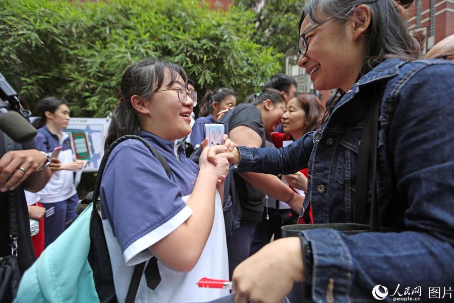 2018年6月7日,上海格致中学,高考开考前,考生抓住老师寻求考前鼓励。王初 摄