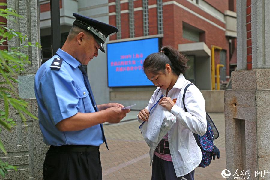 2018年6月7日,上海格致中学,学生持两证进入考场。王初 摄