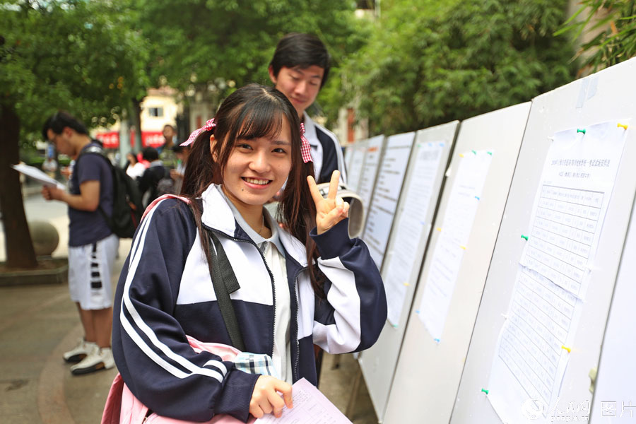"""2018年6月7日,上海格致中学,高考开考前,""""00后""""考生自信面对镜头。王初 摄"""