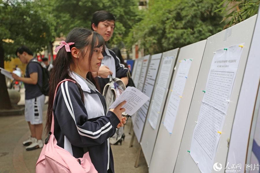2018年6月7日,上海格致中学,高考开考前,考生查看考场。王初 摄