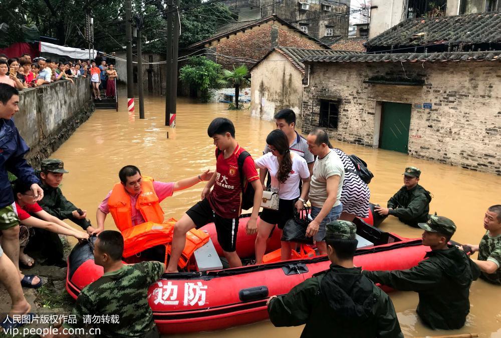 艾云尼带来暴雨村庄被淹 广东武警挨家挨户救