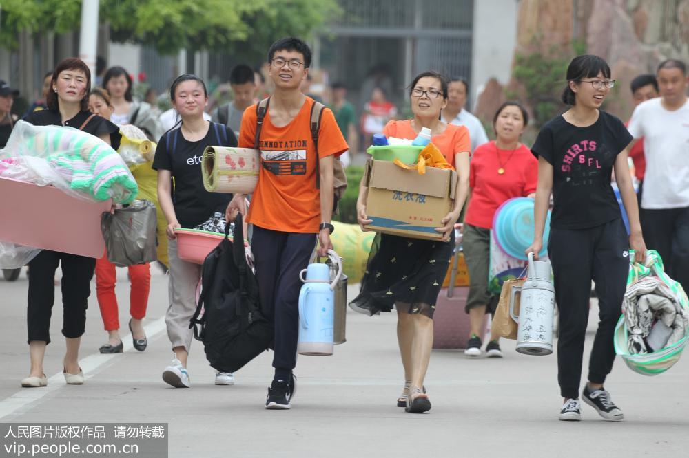 河南许昌:2018高考落下大幕 考生带着不舍离校