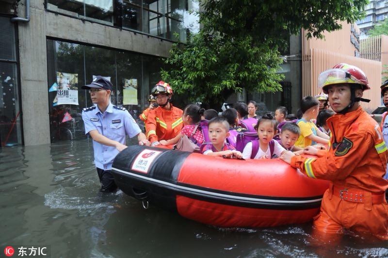 台风艾云尼携雨袭广州 消防出动紧急救援