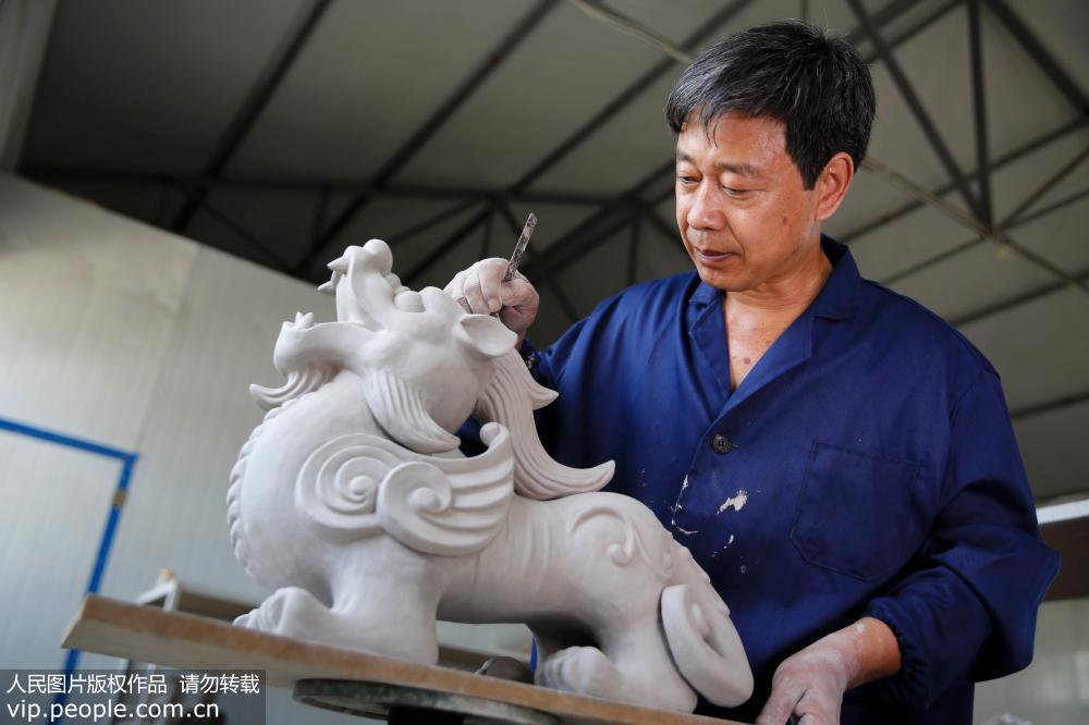 6月13日,河南省平顶山市宝丰县大营镇清凉寺村汝瓷艺人王国奇在修坯。