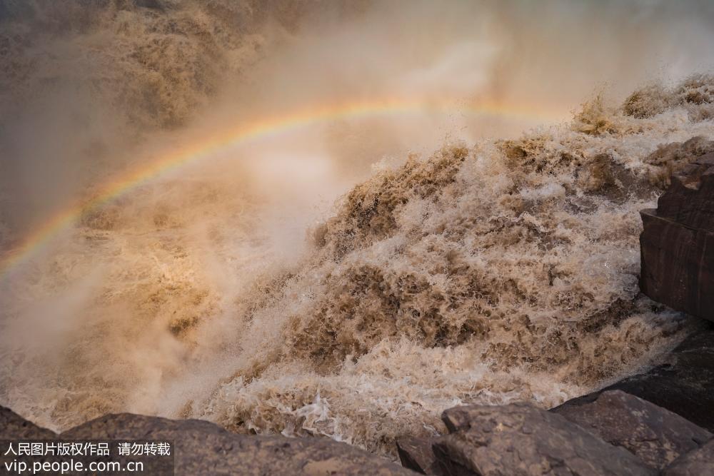 山西临汾:壶口瀑布奔腾咆哮奇景