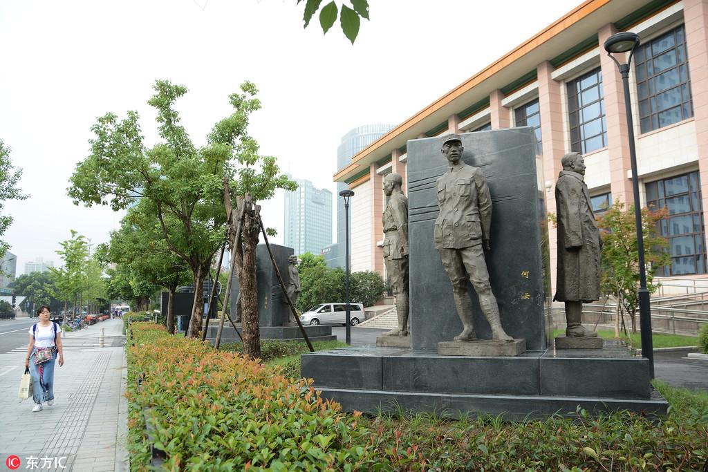 """杭州:纪念""""七七事变""""81周年 12名抗战英烈雕像落成揭幕"""
