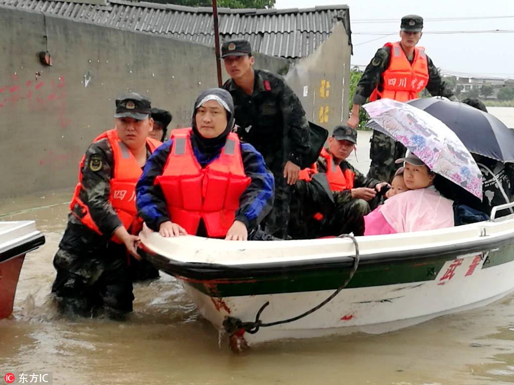 7月11日,武警四川总队德阳支队官兵在转移受困群众。
