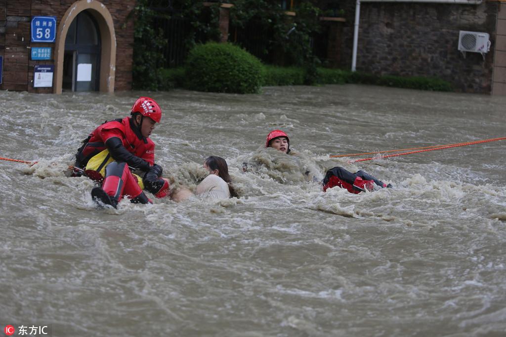 成都暴雨 5個小伙獲救后與消防一起救人【4】