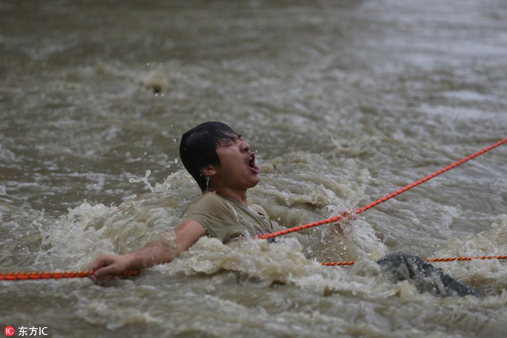 成都暴雨 5個小伙獲救后與消防一起救人【6】