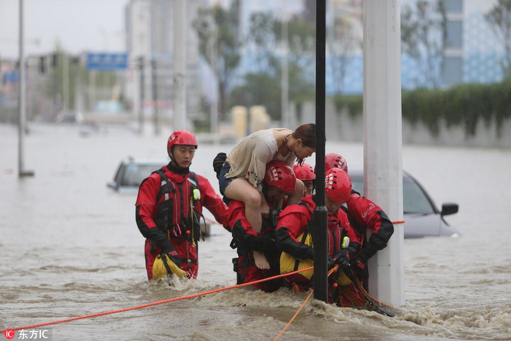 成都暴雨 5個小伙獲救后與消防一起救人【7】