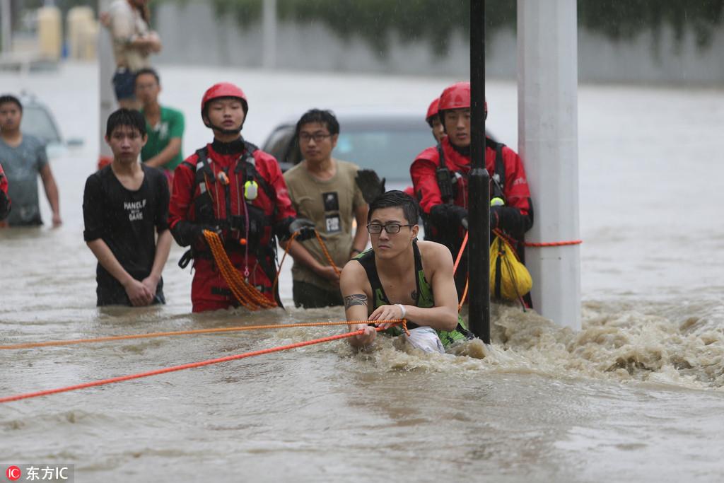成都暴雨 5个小伙获救后与消防一起救人【8】