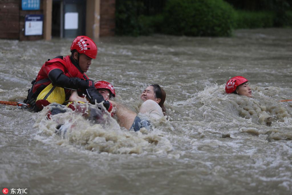 成都暴雨 5個小伙獲救后與消防一起救人【5】