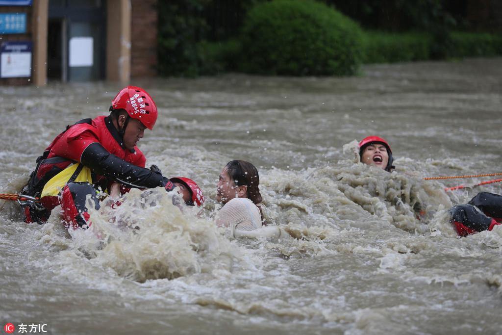 成都暴雨 5个小伙获救后与消防一起救人【3】