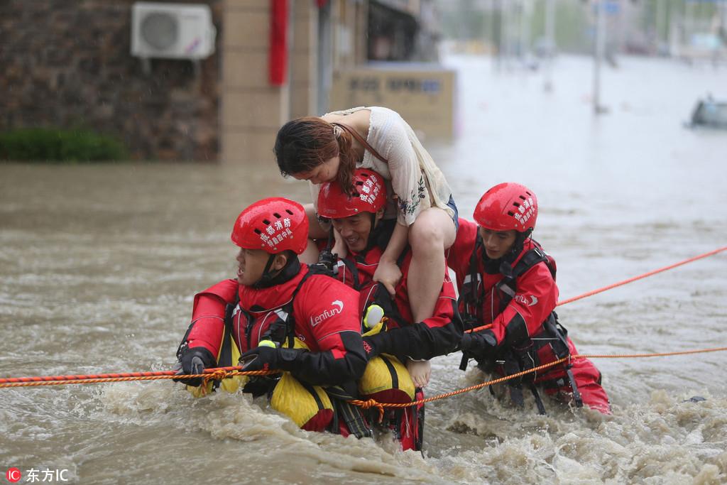 成都暴雨 5个小伙获救后与消防一起救人