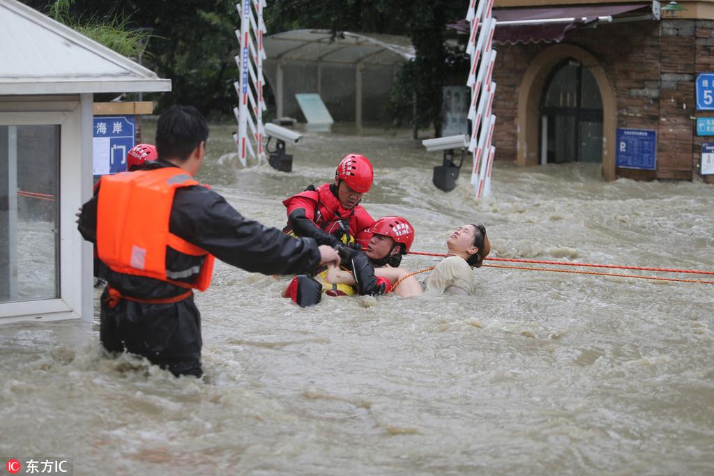 成都暴雨 5个小伙获救后与消防一起救人【2】