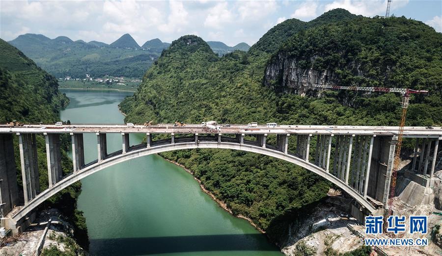 贵州织普高速夜郎湖特大桥全线贯通