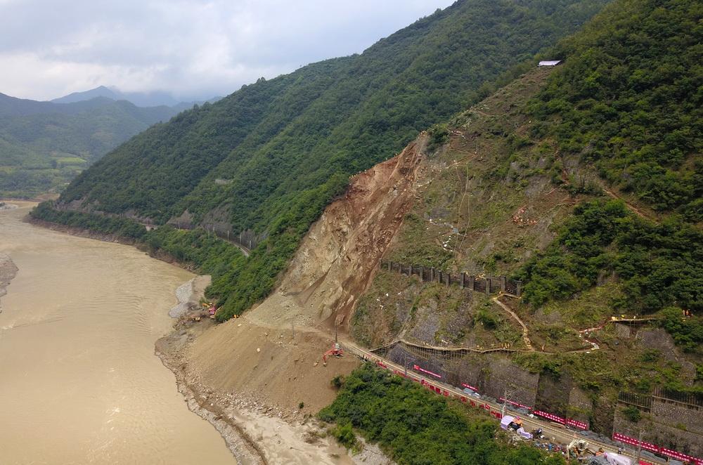 这是7月18日拍摄的宝成铁路陕西略阳县王家沱至乐素河区间山体崩塌抢险现场(无人机拍摄)。