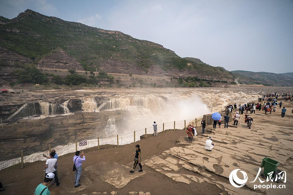 近日,位于山西省临汾市吉县黄河壶口瀑布群吸引了众多游客观赏。