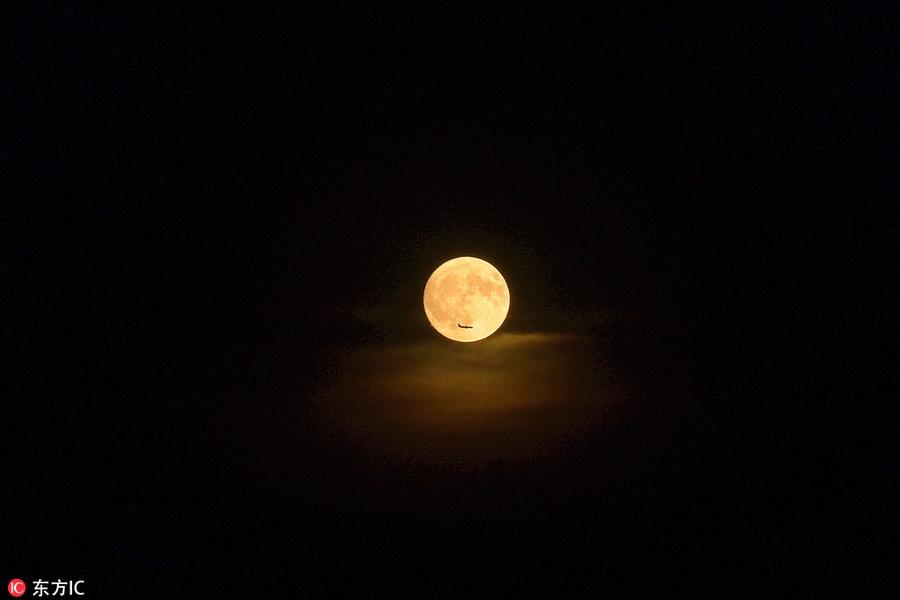 2018年9月24日中秋之夜,北京,一架飞机在月圆之夜匆忙赶路,好与家人