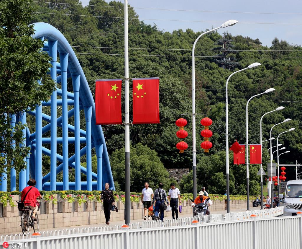国庆氛围渐浓 国旗,中国结和红灯笼等中国元素遍布街头