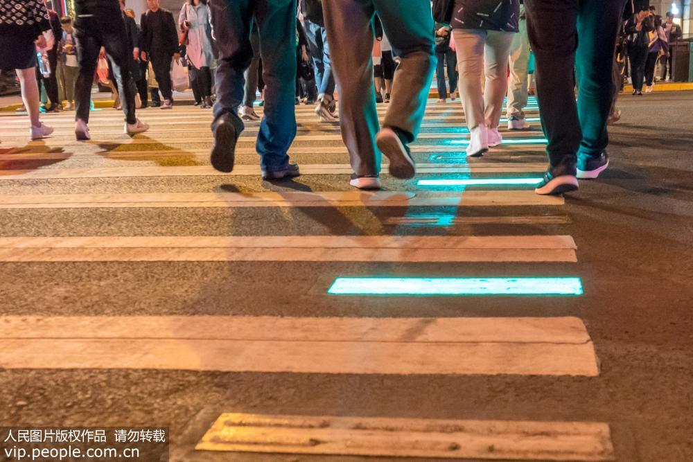 上海首条发光人行道投入使用 发光地砖颜色与红绿灯同步变化