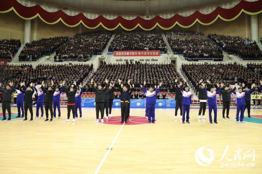 中朝两国男篮运动员入场,受到现场观众热烈欢迎。