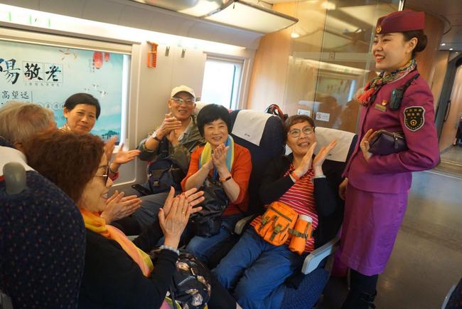 温暖重阳重庆客运段展关爱老人系列活动