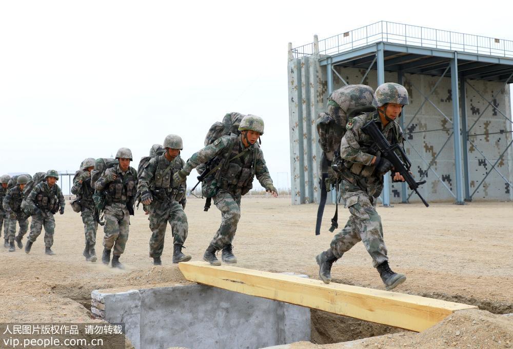 11月2日,官兵快速通过独木桥。