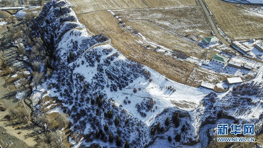 这是11月4日在乌鲁木齐市南郊拍摄的雪景(无人机拍摄)。 深秋时节,乌鲁木齐市南部山区已是一片银装素裹。雪山、林海、村庄,在大地上组成美丽的生态图景,宛如一幅幅水墨画卷。 新华社记者 胡虎虎 摄