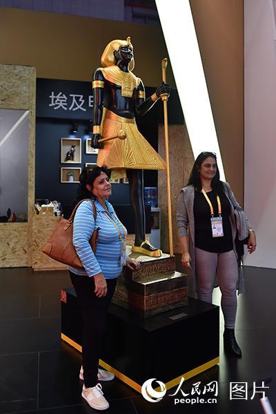 11月5日,观众在埃及展馆拍照留念。(人民网记者 翁奇羽 摄)