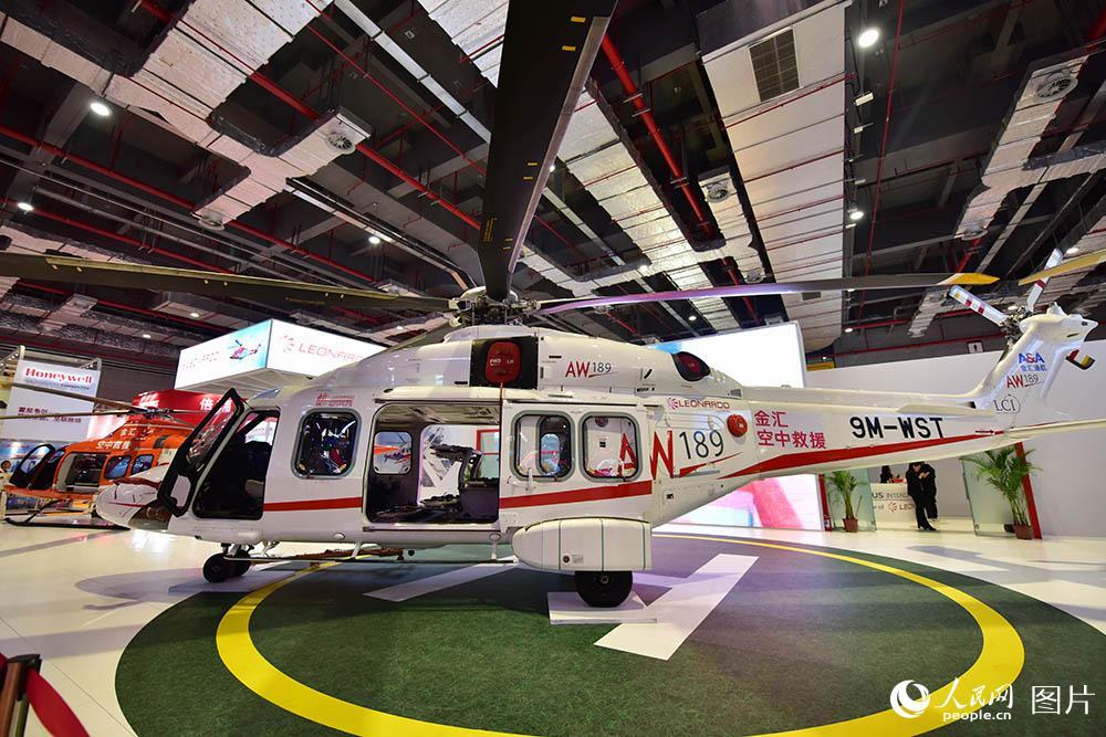 本届进博会最贵展品:价值2亿人民币的意大利莱奥纳多直升机AW189。(人民网记者 翁奇羽 摄)