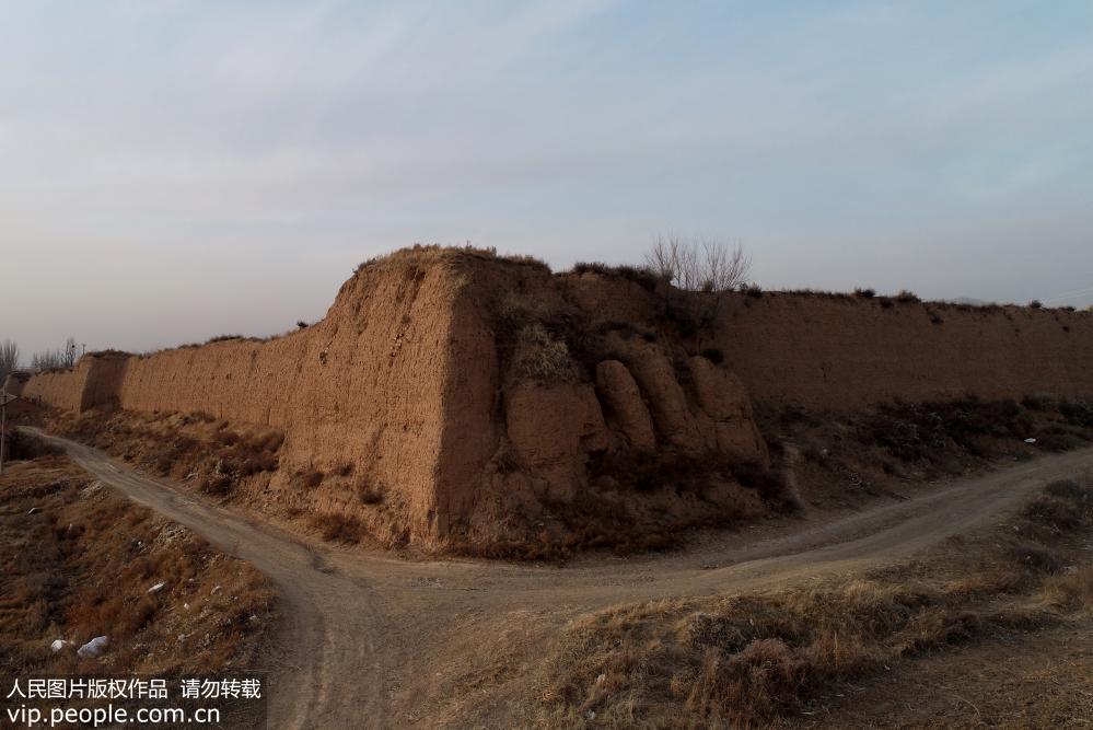 2018年12月5日航拍的河北张家口市宣化区葛峪堡东南角城墙遗迹。