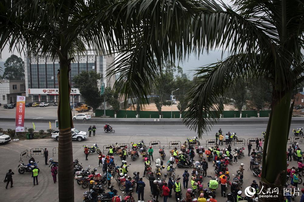 2019年1月25日,广东肇庆,鼎湖山服务区。上百位骑摩托车的工友们在这里休息。广东至广西203省道沿途交管部门和爱心企业设立许多补给站为骑行回家的工友提供服务。