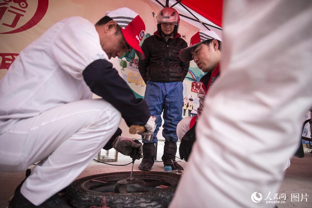 2019年1月25日,广东肇庆,鼎湖山服务区。摩托车品牌经销商为车辆出现故障的务工者提供免费的救援服务。