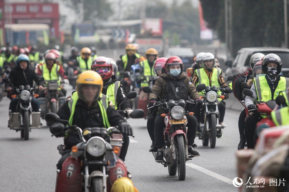 2019年1月25日,广东肇庆,鼎湖山服务区。鼎湖区是肇庆市西大门,这里距离广西梧州不足百公里。浩浩荡荡的摩托车大军从这里途径,驶向广西和贵州等地。