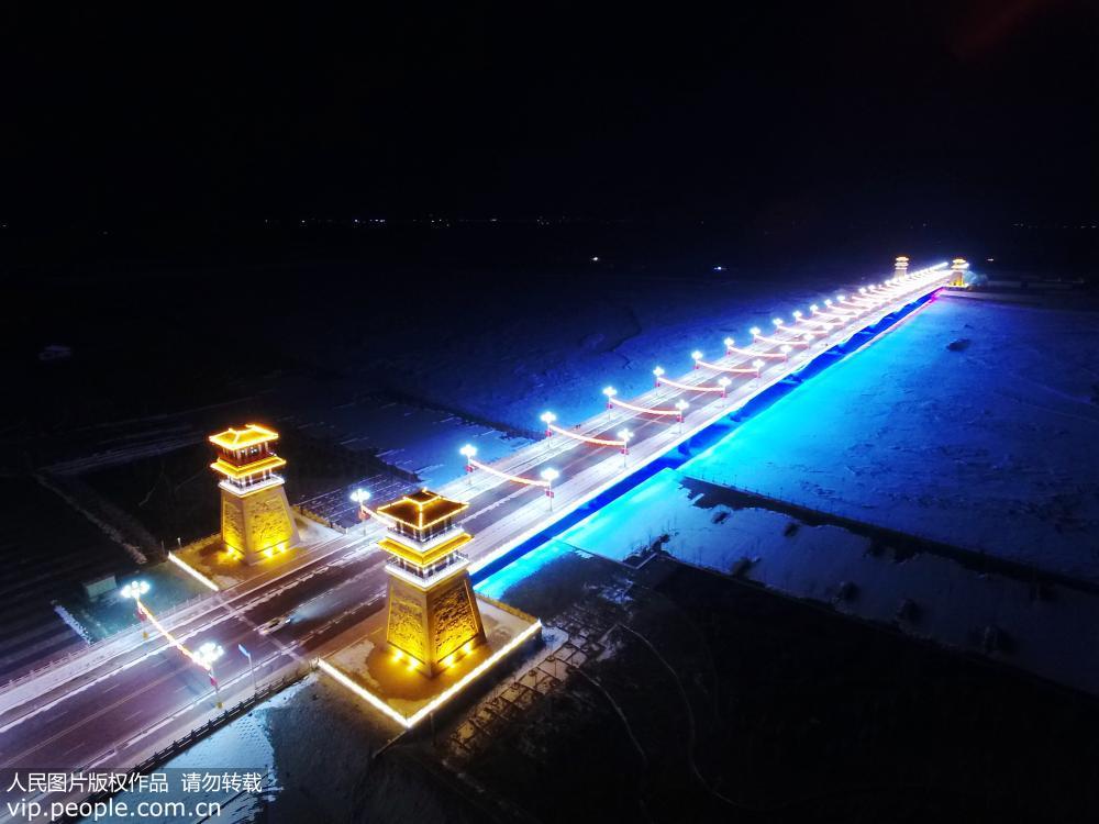 甘肃张掖:灯光扮靓张掖黑河新城大桥似火龙