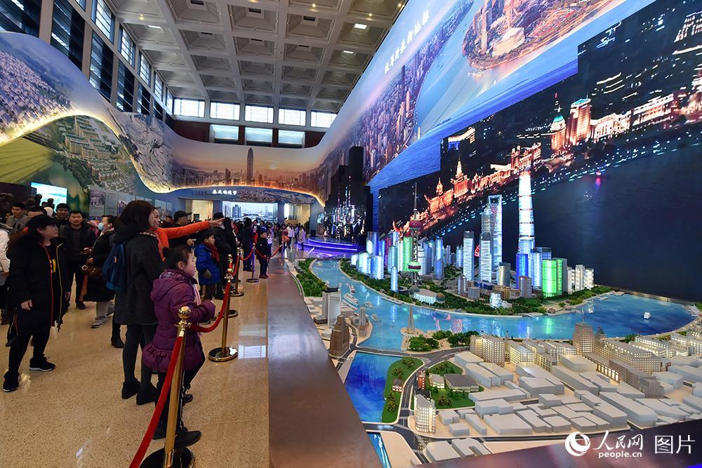 2月1日,小观众们正在参观上海陆家嘴模型。(人民网记者 翁奇羽 摄)