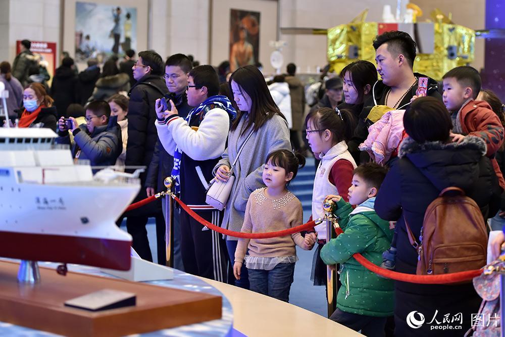 2月1日,小观众们正在父母的陪同下,参观科考船。(人民网记者 翁奇羽 摄)